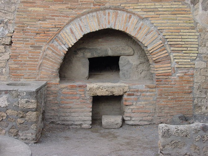 Oven at Pompeii. Image: Wikipedia.