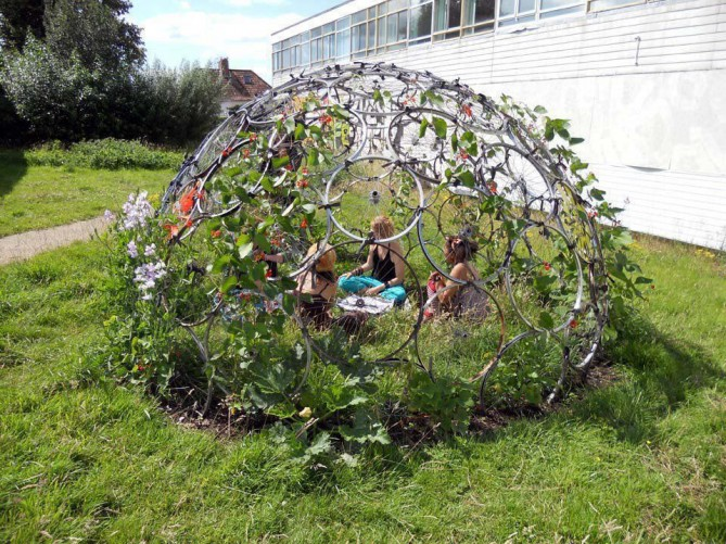 Picture sundays bike rim dome root simple for Decoration jardin velo
