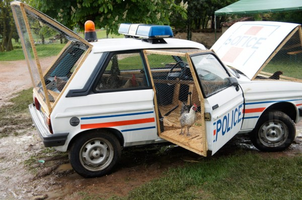 benedetto-bufalino-repurposes-a-police-car-as-a-chicken-coop-designboom-04-600x399